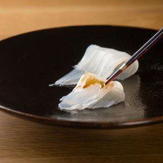 かに吉 - 料理写真:白イカのお刺身はスポイトで醤油の量を調整しながら味わう