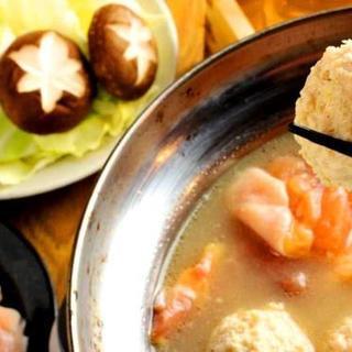 """鶏ジローの名物といえば""""博多水炊き""""!赤と白のスープが絶品◎"""