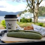 ベーカリーアンドテーブル箱根 - 新緑の芦ノ湖にて