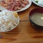 溶岩焼き 山賊食堂 - 麦飯とお味噌汁