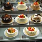 10783467 - 誕生日ケーキを、どれにするか迷っていると・・・