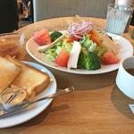 カフェ マスターズカフェ - 低温熟成「みつせ鶏」と8種野菜のサラダ(トースト・スープ付き)880円(外税)+食後のコーヒー200円(外税)の1166円。