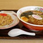 中華宝来軒 - 料理写真:醤油らーめん 500円、半チャーハン 330円
