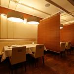 DINING 六区 - 内観写真:各テーブルごとにブラインドで仕切って個室感を演出