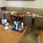 Tonkatsumamezon - 店内 テーブル席