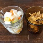 MOMO curry - ピクルスと福神漬け