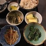 琉球茶房あしびうなぁ - 定食には「ジューシー」小鉢3品、フルーツが付いています^^