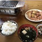 日の出ホルモン店 - ミックス定食(800円)