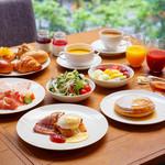 THE MARKET F - 朝食はライブキッチンから提供する出来立ての料理が魅力のフルビュッフェ。