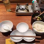 107861047 - お茶、白ご飯、たれ皿