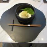 シセイドウ ザ テーブルズ - 甘い物のお盆も資生堂のシンボルマークの「花椿」