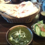 クッシー - 日替わりランチのホウレンソウカレー。ナンとご飯が選べます。スープ、サラダ、ドリンク付き。