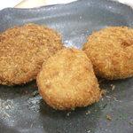 肉のシラカワ - 左から、メンチカツ、じゃがコロ、かぼちゃコロッケ