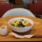 モスカフェ - えびとアボカドのコブサラダ