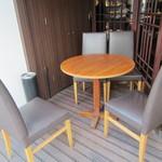 中華香彩JASMINE - 店外のテーブル、灰皿