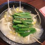 かんむり - ・煮物:鶏ガラ水餃子 ぐつぐつ鍋。普通に美味しい。ニラ、豆もやし。