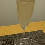 107945932 - 一杯目:シャンパン。キリリッとしてスターターにピッタリ