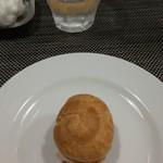 107946339 - 一皿目:プチシューに詰めた生ハムとクリームチーズのムース