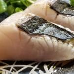107954584 - ②鰆のタタキ                       産卵期は春~初夏、旬は秋~冬。                       産卵期真っ只中で良くない時期。                       産卵に関係無い小さな魚体?                       それとも尻鰭付近?                       産地や部位説明が無いので分かりません。