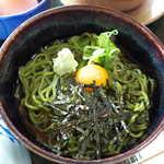 鮎宗 - 茶そばのつゆは濃いめの味付け。美しいグリーン色、宇治らしい一品で嬉しくなる