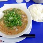 来来亭 - 「こってりラーメン(麺堅め・ネギ多め)」680円とサービスの「ライス(中)」(2011.8)