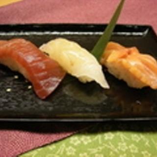 旬の新鮮素材とまごころでおもてなし。寿司と創作料理をお気軽にお楽しみいただけます。