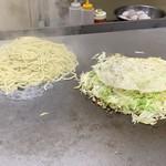 お好み焼き 大樹 - 【2019.5.7】茹でた麺も鉄板でジューウ〜❗️