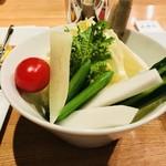 107964360 - 丁寧に処理された野菜