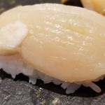 107975189 - ④平貝                         産卵期は夏、旬は春。                         平貝としては旨みは物足りないが、回転寿司ではなかなか食べられないレベル                         瀬戸内海産かなと感じました。