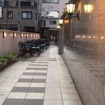 サクラカフェ幡ヶ谷 - サクラホテル入口前。ここにテラス席があり、食事ができます。