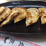 107981989 - ピリ辛餃子 270円。片面をパリッと焼き上げて、味が絶妙。