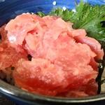 108005233 - ミニマグロ丼もりそばセット690円(税込)のミニマグロ丼アップ