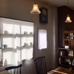 カフェ スワロー - カーテンに映るカップのシルエット