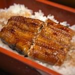 hakataunagiyafujiuna - 鰻はカリッと焼かれています。