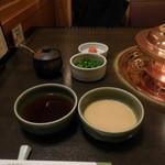 しゃぶ禅 -  しゃぶしゃぶ用のポン酢とごまだれ、紅葉おろし、あさつき、辣油です。