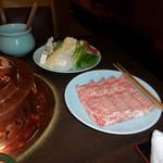 しゃぶ禅 -  近江牛リブロースのしゃぶしゃぶ肉と、野菜の盛り合わせです。野菜には筍の薄切りや、紅芯大根が含まれていました。