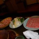 しゃぶ禅 - 近江牛リブロースのしゃぶしゃぶ肉、野菜、岩中豚バラのしゃぶしゃぶ肉の3点が揃った様子です。