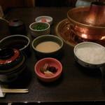 しゃぶ禅 -  しゃぶしゃぶのたれ各種、ご飯、お新香、味噌汁が並んだ様子です。