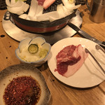108016458 - 上肉(税別1,150円)焼き始め、タレとお通しの漬物