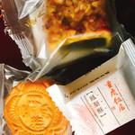 重慶飯店 - 「月餅」とお店一番人気「番餅」、 「鳳梨酥(パイナップルケーキ)」