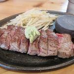 肉最強伝説 - SSS(スペシャル・スーパー・ステーキ)1320円がこの日は1050円。  赤身の美味しいお肉、脂身がないんでとってもヘルシーな一品ですよ。