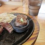 肉最強伝説 - お肉は鉄板の上の石で好みの焼き加減に仕上げていただきました。  この後90分かけて志賀島一周ウォークを暫くぶりに楽しみました、お御馳走さまでした。