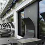 足羽山デッキ - 1階テラス席のシェーズロング