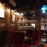バーボンクラブ - この奥にロングカウンターがあります。