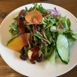 アージョ - 竹炭入、野菜たっぷりの薬膳カレーセットのサラダ