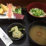 魚万ずし - 料理写真:伊勢うどん+ちらし寿司。小鉢:さやえんどうの玉子とじ。なめこ味噌汁。