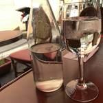 キュル・ド・サック - 水はボトルとワイングラスで