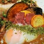 108058498 - 南瓜や黄ズッキーニ、茄子などカラフルな揚げ野菜、トロリとまろやかでカレーと相性抜群の温玉