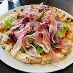 Bosco - 生ハムとサラダのピザ