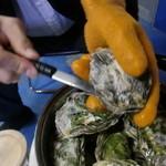 10807204 - 蒸し牡蠣は厚手の手袋をして
